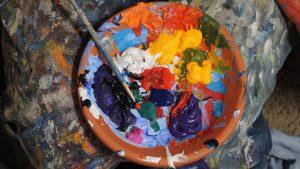 Ansicht Farbteller mit Pinsel
